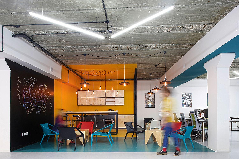 Desain Industrial Dengan Interior Colourful